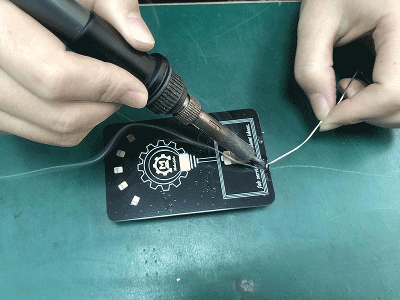 Manually-Soldering-the-battery-holder-of-LED-Lamp