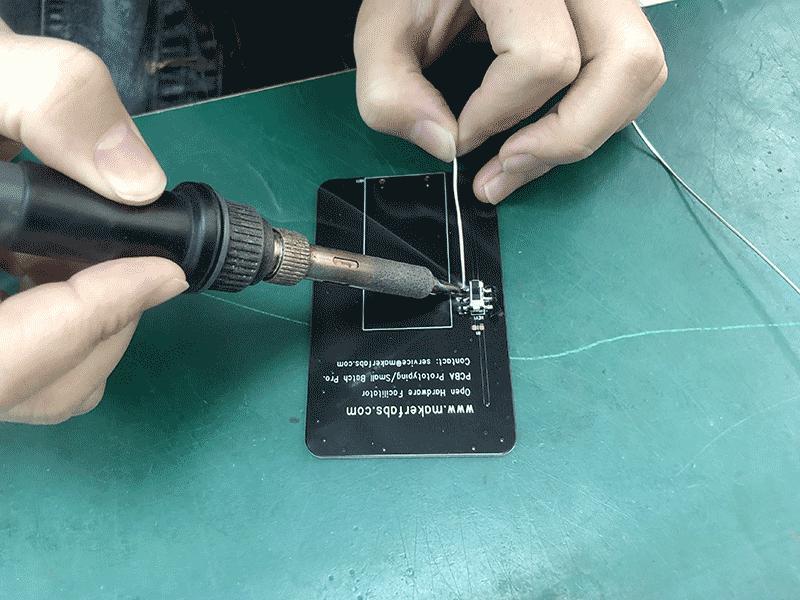 Manually-Soldering-the-battery-holder-of-LED-Lamp-1